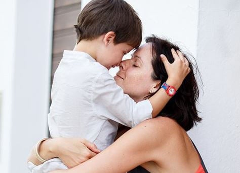 madre-soltera-abrazando-a-su-hijo